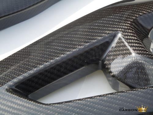 zx10r-kawasaki-close-up-of-swingarm-covers-in-carbon.jpg